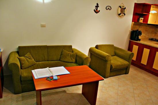Sun Coast Resort: Этот диван и кресло раскладываються и получается 3 спальных  места
