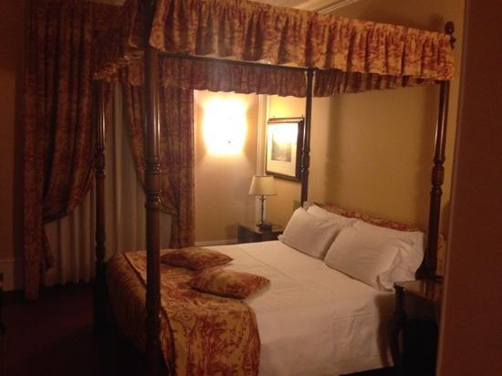 Letto Baldacchino Roma.Letto A Baldacchino In Camera Foto Di Hotel Canada Bw
