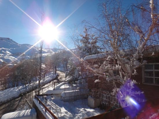 Lodge Andes : Amanhecer nevado, foto tirada do deck do hostel