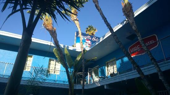 Banana Bungalow Hollywood: Center of hostel grounds.  Vibe Hotel = Banana B?