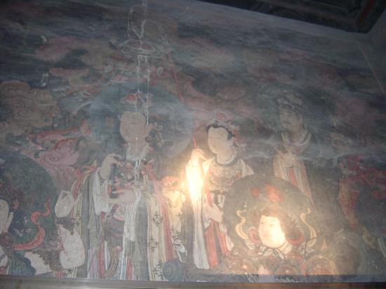 Fahai Temple : 懐中電灯で照らしながら鑑賞する壁画