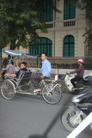 Thang Long Opera Hotel: рядом с отелем стоянка велорикш