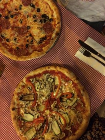Pizzeria Italia: Calabreza and vegetarian pizza