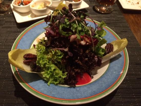 Argentina Steakhouse: Blattsalate mit caramelisierten Baumnüssen an Balsamico Dressing - fein