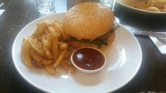Wagyu burger with crispy chips and hrandy red sauce