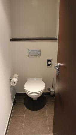 Hotel Oceania Brest Centre : Toilet near entrance separated from the bathroom