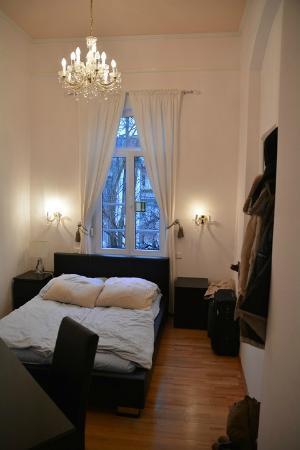 Hotel Garni Aurora: Вид комнаты из коридора. На шторах есть наружные жалюзи, опускающиеся из помещения.