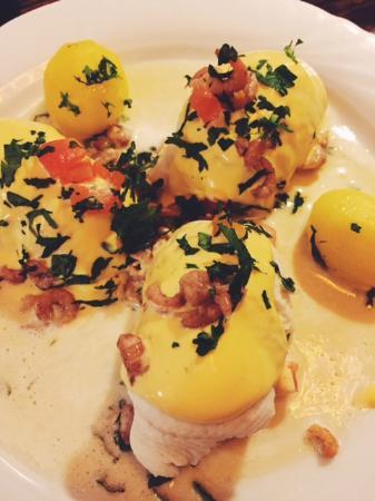 Friesenstube: Schollenfilets, gefüllt mit Blattspinat und Krabben