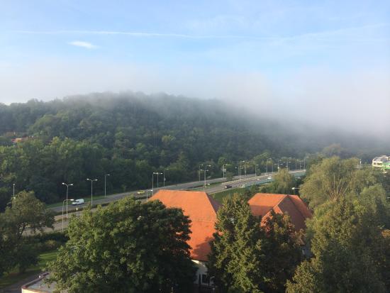 Orea Hotel Voronez: Вид из номера на холмы. Раннее утро.