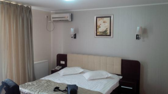Hotel Mondial - Eforie Nord: King sized bed with AC on the wall.