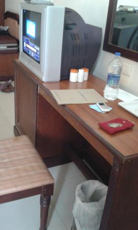 Arcadia Regency Hotel Alleppey: The damaged & Old Type TV table