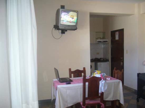 Apart Hotel Mirador de Salta: Monoambiente. Vista desde la mesa de luz izquierda