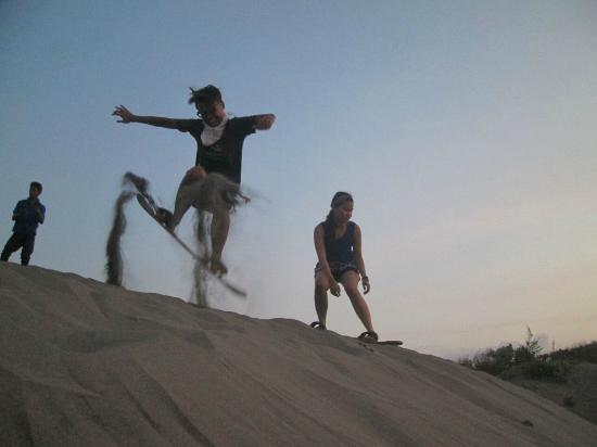 Sandboarding Gumukpasir (Jogja Adventure Trip)
