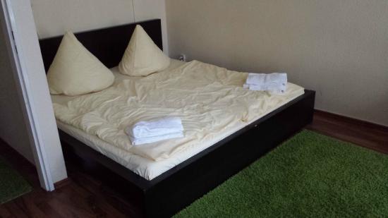 Bearlin City Apartment Ansbacherstrasse: Il letto, abbastanza basso ma comodo