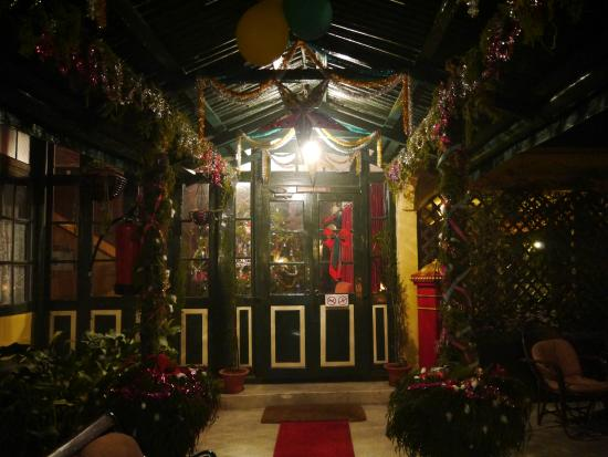 Windamere Hotel: Festive Entrance to Ada Villas