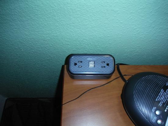 Comfort Suites Rolla: plenty of extra outlets