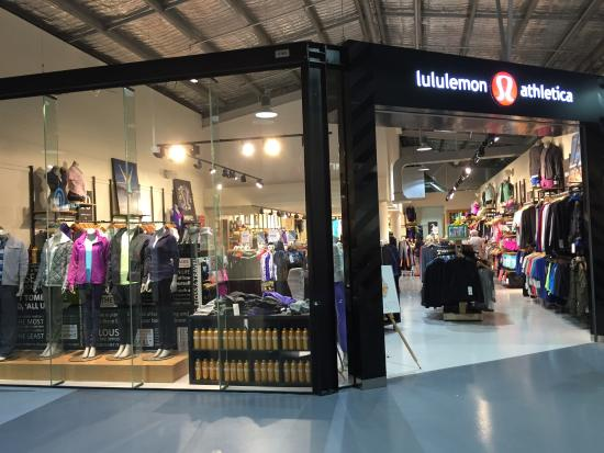 Homebush, Australien: The front of the Lululemon factory outlet