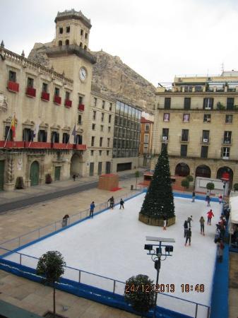 Eurostars Mediterranea Plaza Alicante : Это вид на площадь из номера в отеле