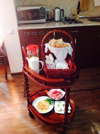 Hin Yerevantsi Hotel: Breakfast arrives.. nom nom