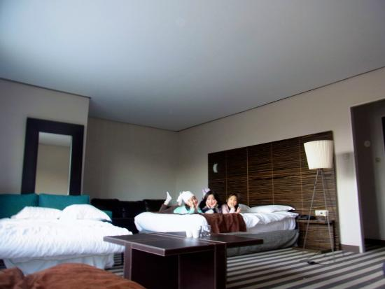 Best Western Hotel De France : mes trois filles très contentes sur le grand lit!