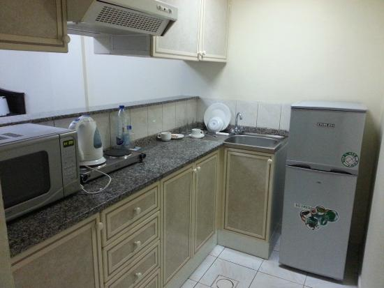 Richmond Hotel Apartments: Kitchen minimal but worked great! Standard room kitchen similar, just smaller