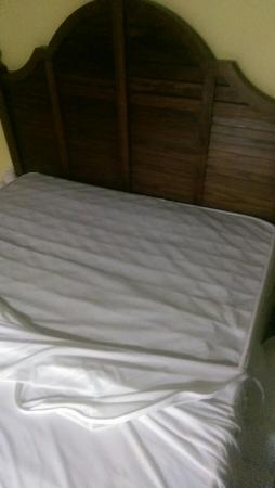 Days Inn & Suites Islamorada : Springs coming through mattress