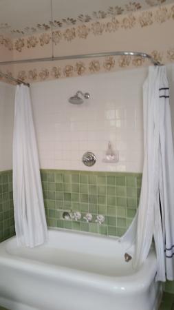 The Munroe Inn: Shower