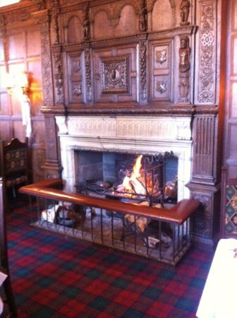 Kilconquhar Castle Estate and Country Club: Roaring Christmas fire in the Lindsay Room