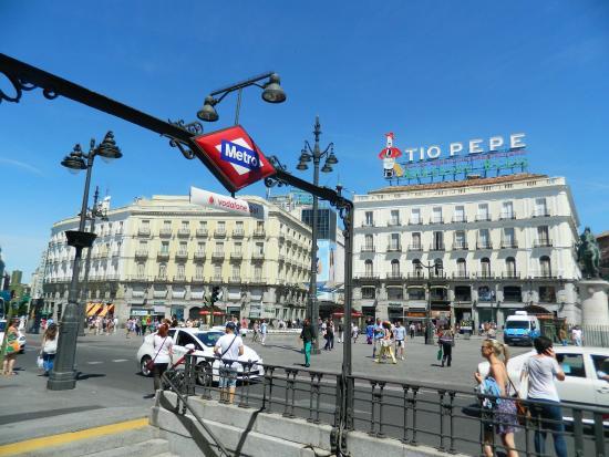 Fuente y al fondo la calle de la montera picture of for Plaza de la puerta del sol