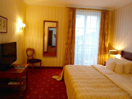 schlafzimmer der suite picture of hotel schloss reinhartshausen eltville am rhein tripadvisor. Black Bedroom Furniture Sets. Home Design Ideas