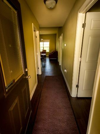 Echo Canyon Resort & Marina: 3 bedroom cabin entry door hallway
