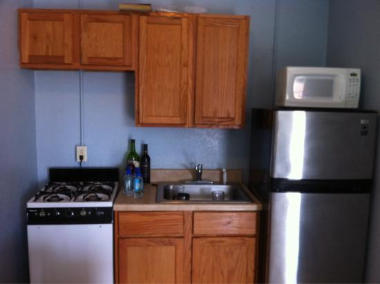 Bayfront Cottages: Kitchenette