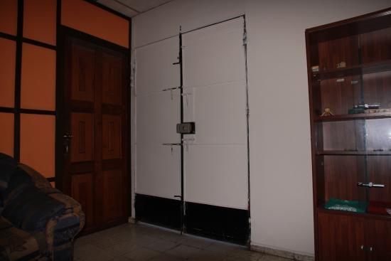 Hostal Dona Marta: Safe entrance door