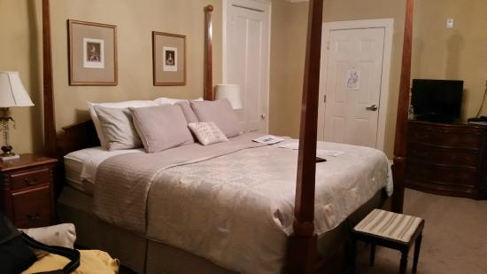 DeBary Inn: King Size Bedroom