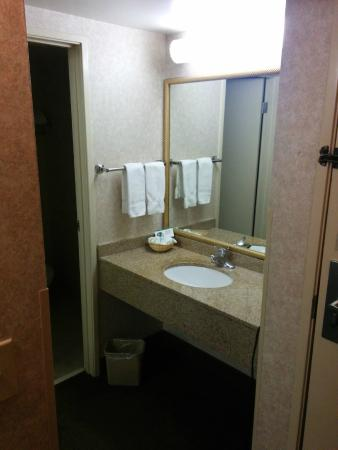 Clubhouse Inn & Suites Albuquerque : Bathroom