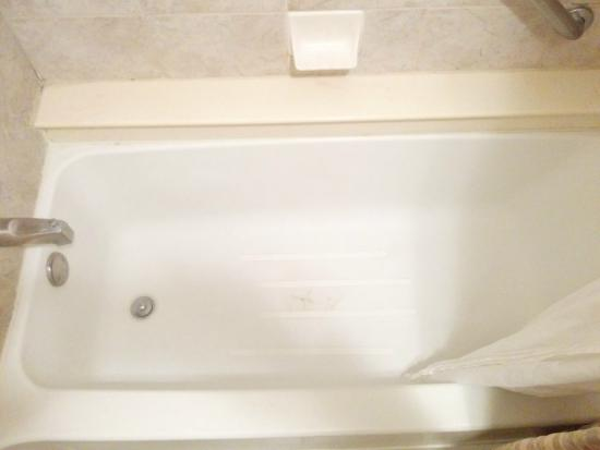 Quality Inn & Suites: Bathtub