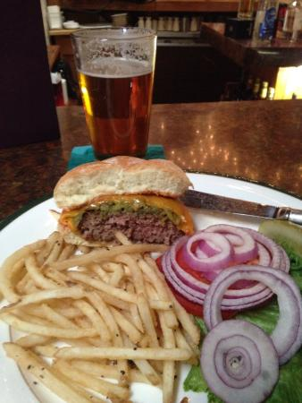 High Noon Restaurant & Saloon: Green Chili Cheeseburger