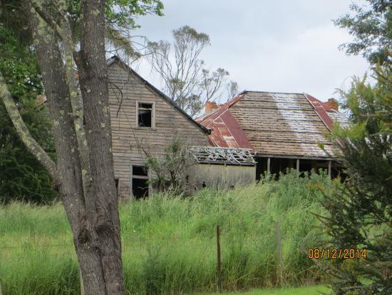 Christmas Hills Raspberry Farm Cafe: Old schoolhouse on walk