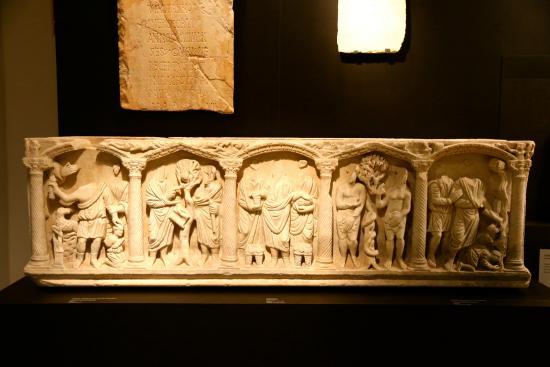 Musée Archéologique de Córdoba : A sarcophagus from Roman times.