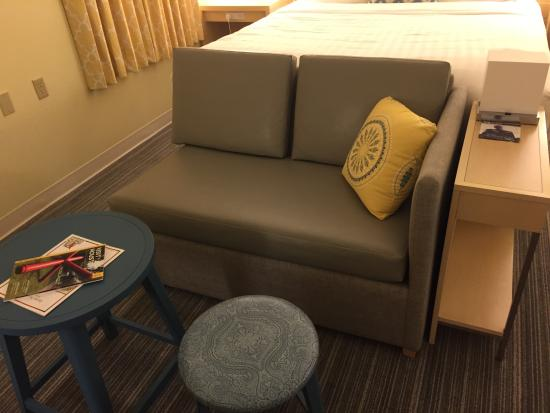 Sonesta ES Suites Houston: Nice modern and comfortable bed and furniture!