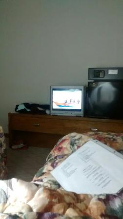 Econo Lodge Waupaca: The view of my TV from the bed.