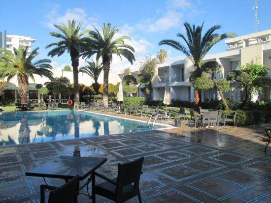 Hotel Volubilis: Piscine au centre de l'hotel