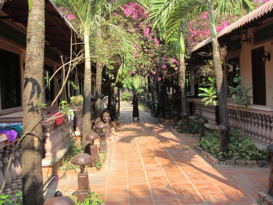 Lotus Lodge: Так называемая одна из улочек отеля