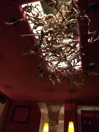La decorazione con rami secchi di viti per coprire il - Decorazioni rami secchi ...