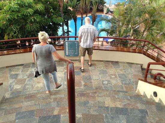 Barcelo Corralejo Bay : Steps going down to pool