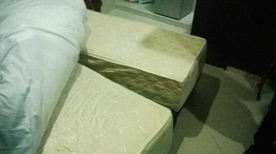 """Hotel Portal de Oxum: """"Doppelbett"""" (fällt auseinander beim drauf liegen)"""