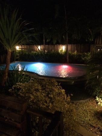 Mangrove Villa: Poolen på kvällen