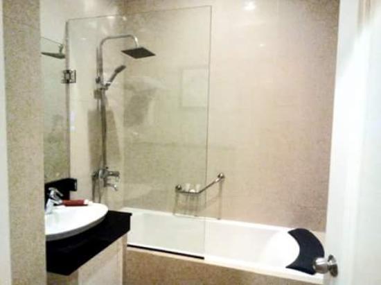 View Park Hotel: bathtub