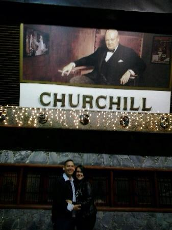 CHURCHILL STEAK HOUSE : Mi esposa y yo En la entrada del restaurant