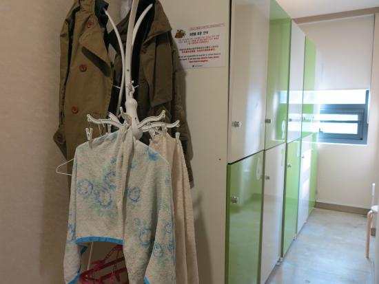 Hostel Korea 11th - Changdeokgung: lockers in the female dorm